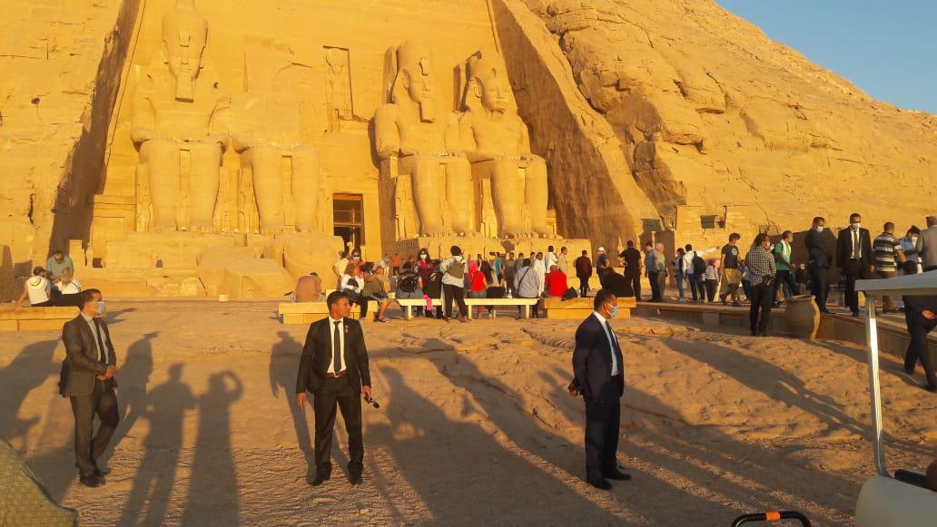 سائحون أجانب ومصريون يتابعون تعامد الشمس (7)