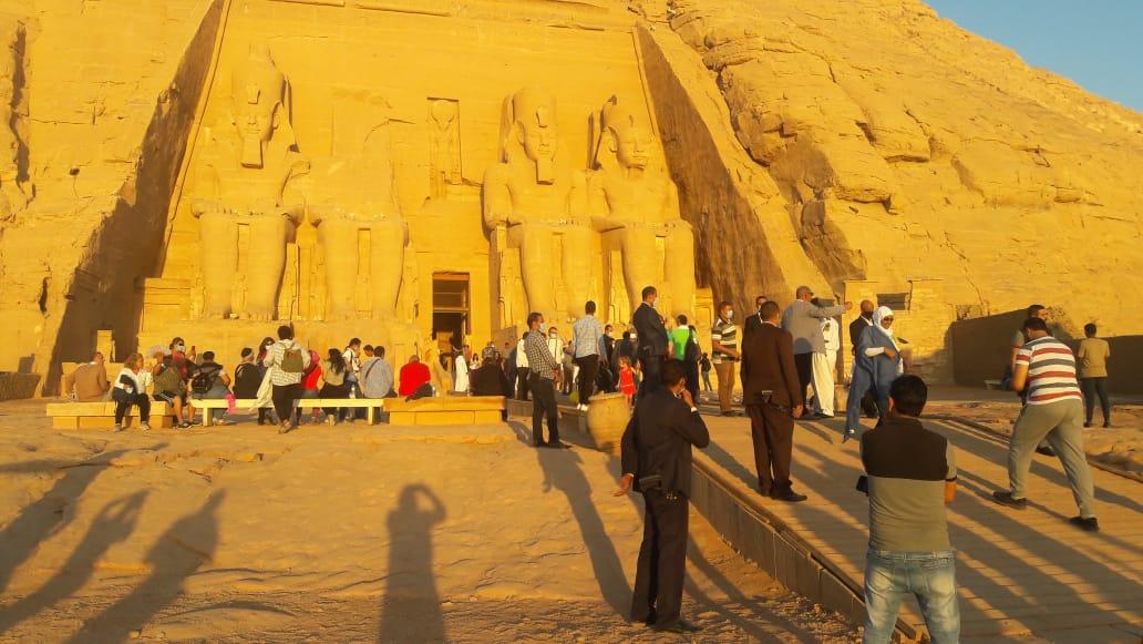 سائحون أجانب ومصريون يتابعون تعامد الشمس (3)