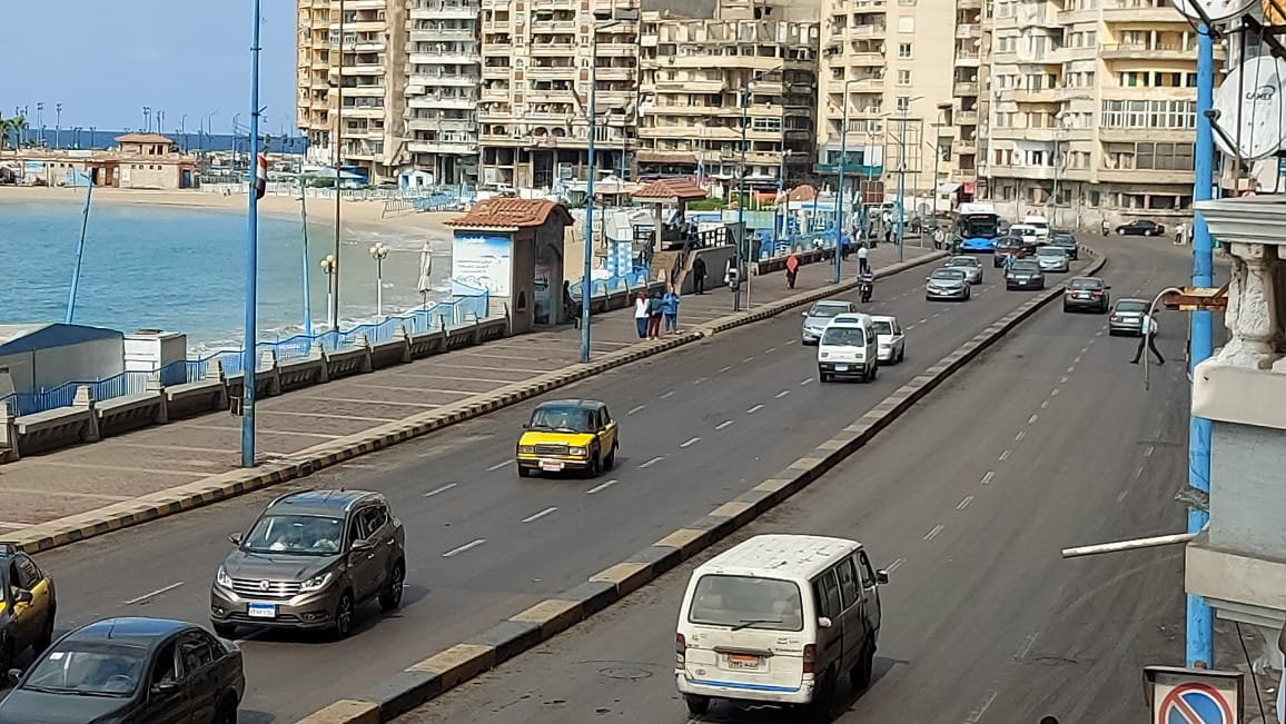 شباب وأطفال يلهون فى البحر  بالإسكندرية رغم التحذيرات (6)