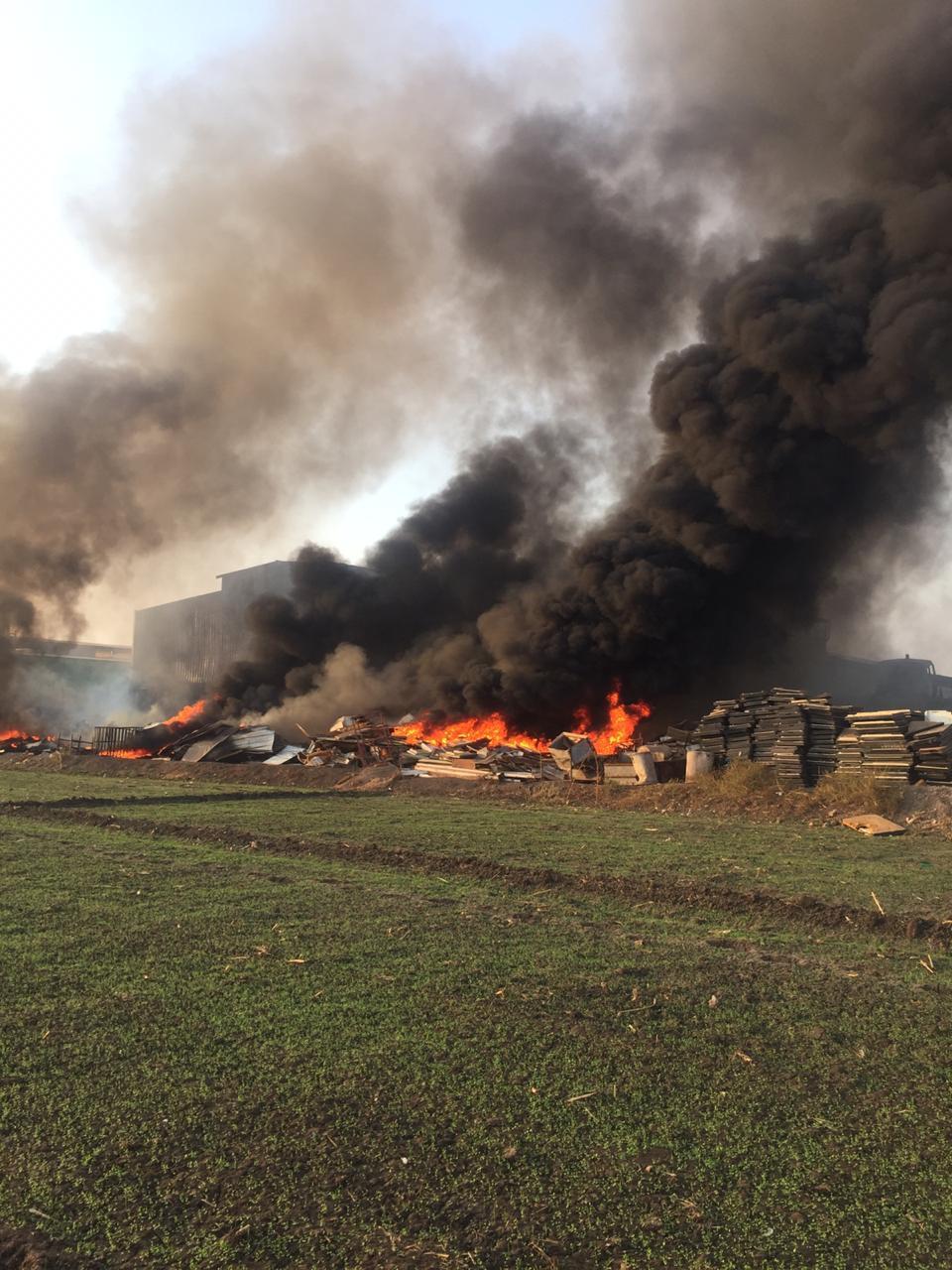 حريق هائل بشونة خردة بطريق  زفتي - طنطا  في الغربية  (1)