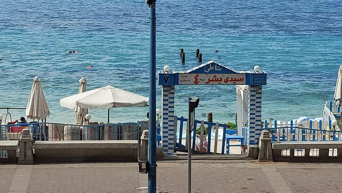 شباب وأطفال يلهون فى البحر  بالإسكندرية رغم التحذيرات (3)