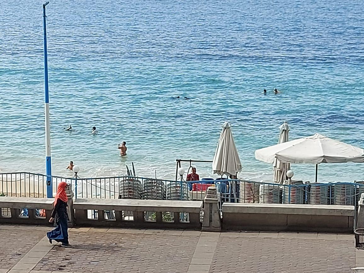 شباب وأطفال يلهون فى البحر  بالإسكندرية رغم التحذيرات (1)