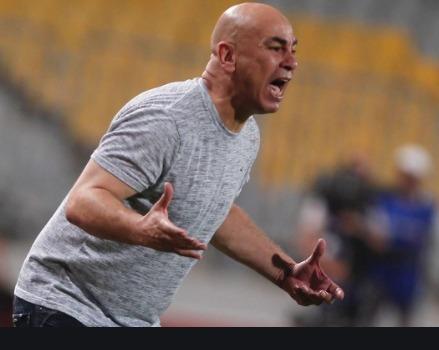 حسام حسن يمنح تعليمات للاعبين