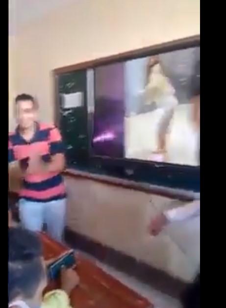 طالب يصفق أثناء عرض الفيديو