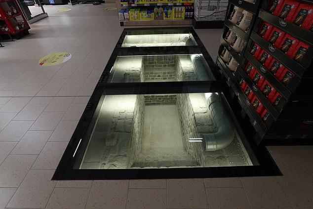 سوبر ماركت يستخدم ألواح زجاجية لعرض موقع أثرى أسفله في إيرلندا (3)