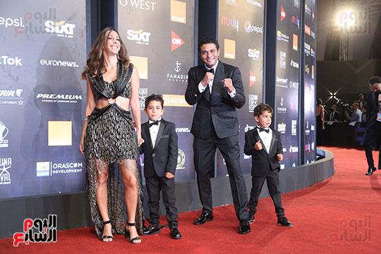 آسر ياسين وزوجته وأبناؤه