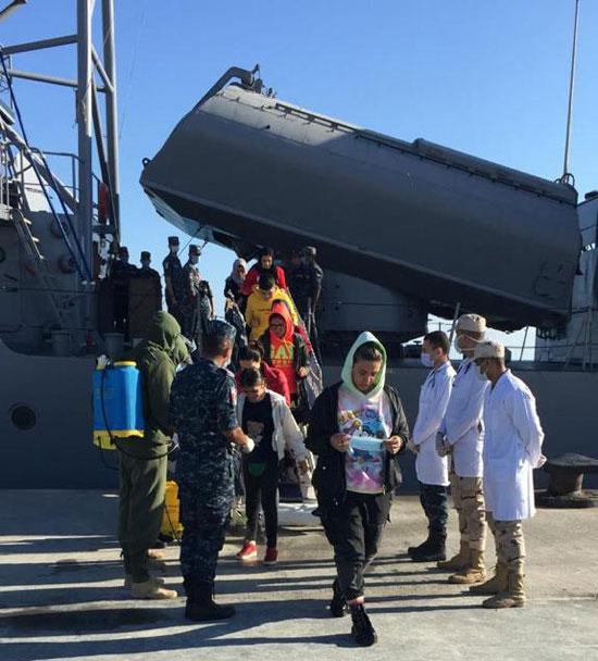 القوات-البحرية-المصرية-تنقذ-مركبا-يرفع-العلم-التركى-فى-عمق-البحر-المتوسط-(8)