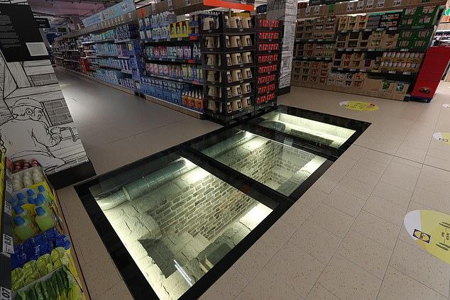 سوبر ماركت يستخدم ألواح زجاجية لعرض موقع أثرى أسفله في إيرلندا (2)