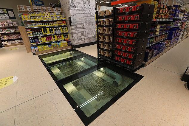 سوبر ماركت يستخدم ألواح زجاجية لعرض موقع أثرى أسفله في إيرلندا (4)