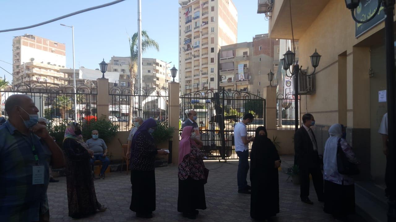 الفتيات والشباب يزينون الطوابير أمام اللجان في الساعات الأولى من التصويت بانتخابات البرلمان (1)
