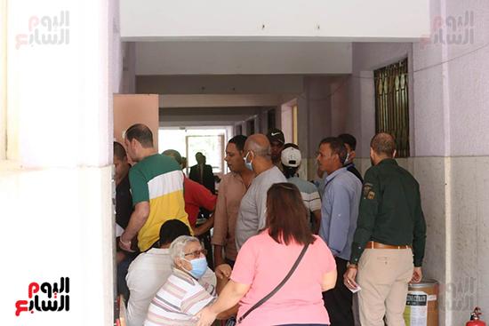 توافد الناخبين أمام اللجان