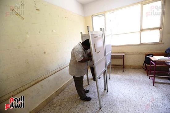الناخبين يختارون نوابهم في مجلس النواب