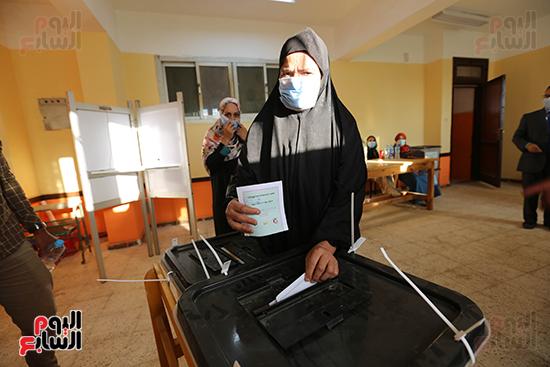 زحام الناخبين على لجان التصويت (20)