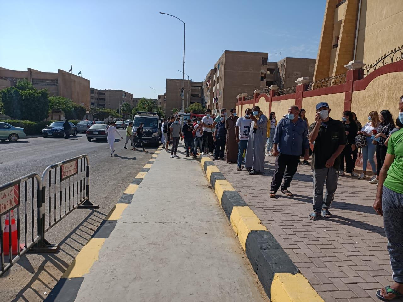 إقبال المواطنين أمام لجان الشيخ زايد