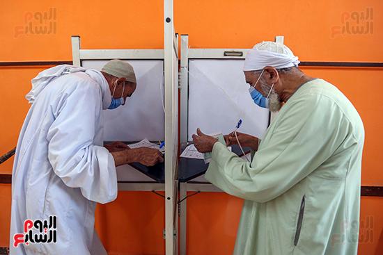 زحام الناخبين على لجان التصويت (16)