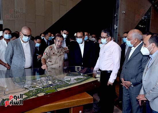 الدكتور مصطفى مدبولى رئيس الوزراء يزور المتحف المصرى الكبير (17)