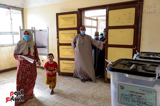 زحام الناخبين على لجان التصويت (4)