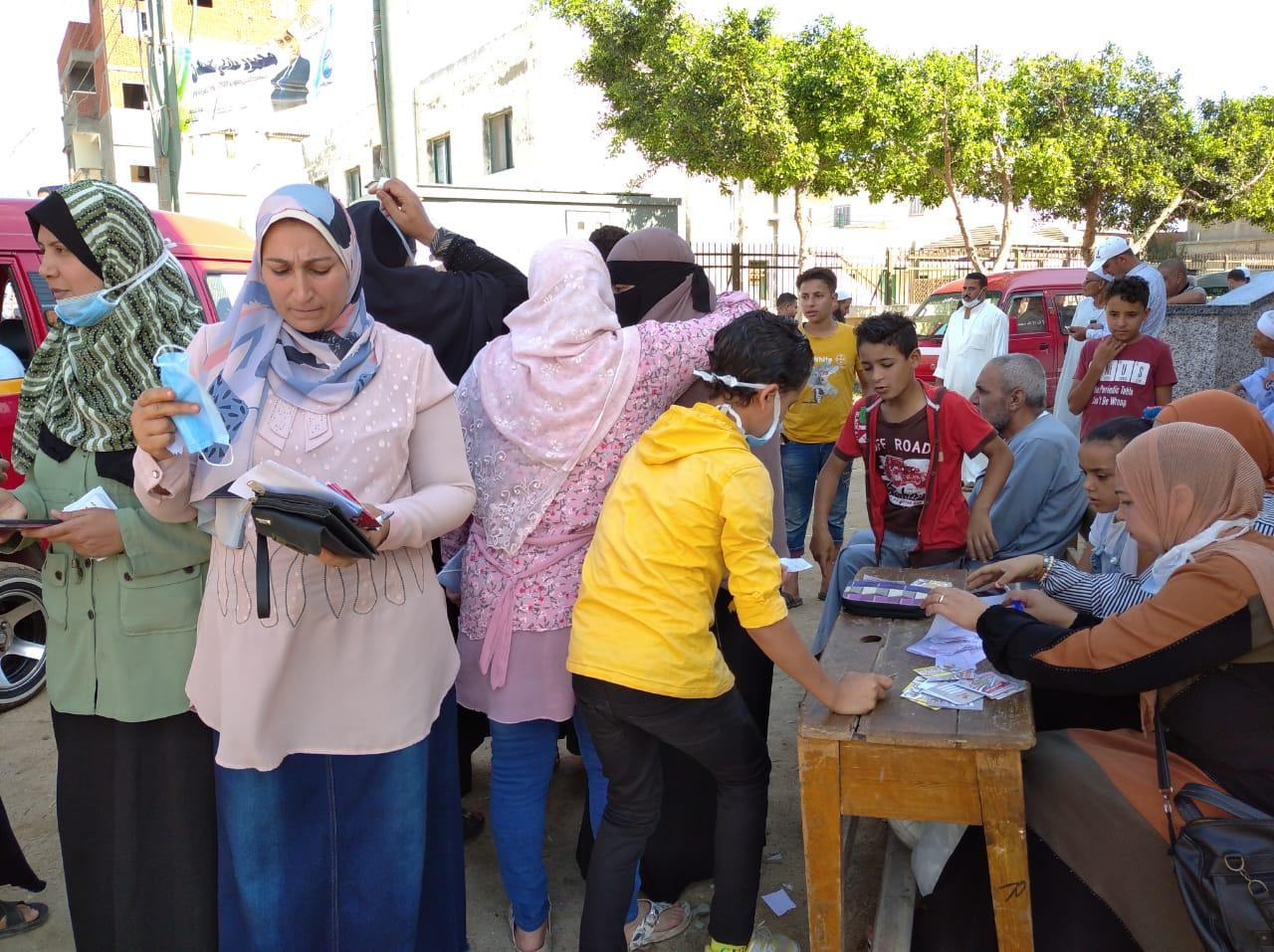 طوابير للسيدات بلجان الانتخابات بالبحيرة (16)