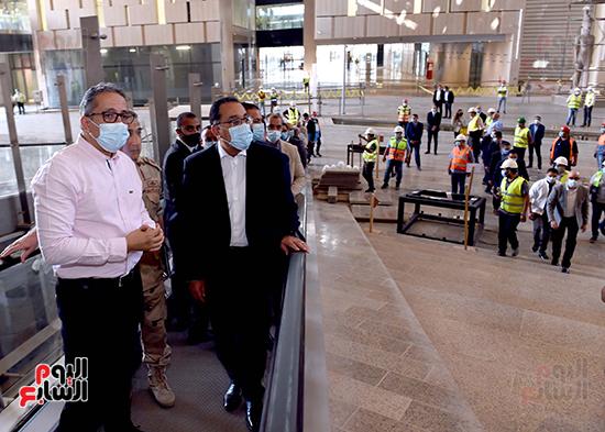 الدكتور مصطفى مدبولى رئيس الوزراء يزور المتحف المصرى الكبير (9)