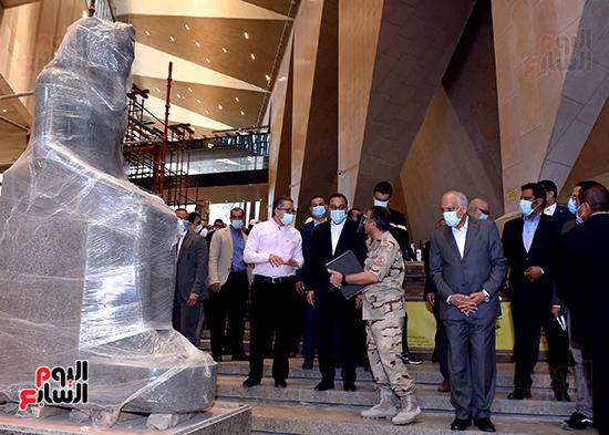 الدكتور مصطفى مدبولى رئيس الوزراء يزور المتحف المصرى الكبير (22)