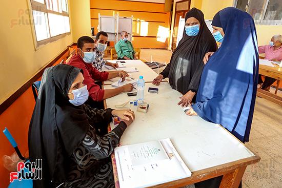 زحام الناخبين على لجان التصويت (19)