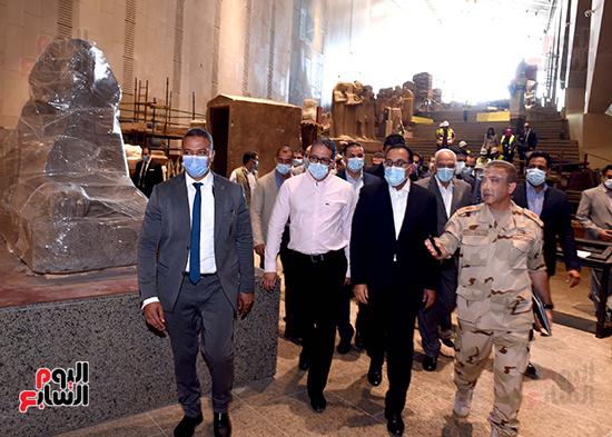الدكتور مصطفى مدبولى رئيس الوزراء يزور المتحف المصرى الكبير (21)