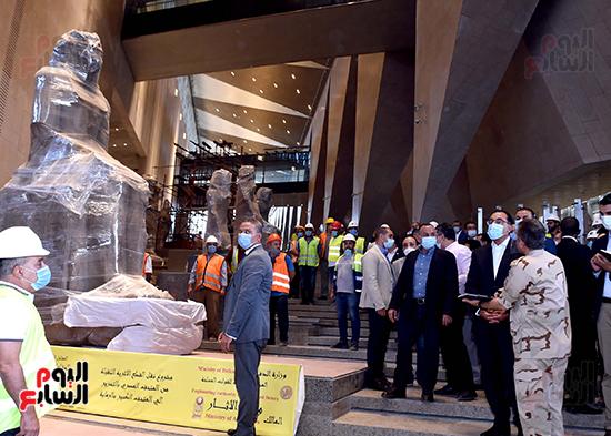 الدكتور مصطفى مدبولى رئيس الوزراء يزور المتحف المصرى الكبير (24)