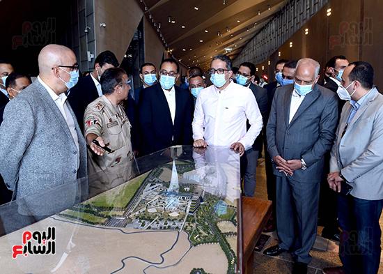 الدكتور مصطفى مدبولى رئيس الوزراء يزور المتحف المصرى الكبير (18)