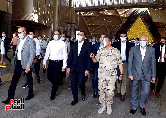الدكتور مصطفى مدبولى رئيس الوزراء يزور المتحف المصرى الكبير (26)