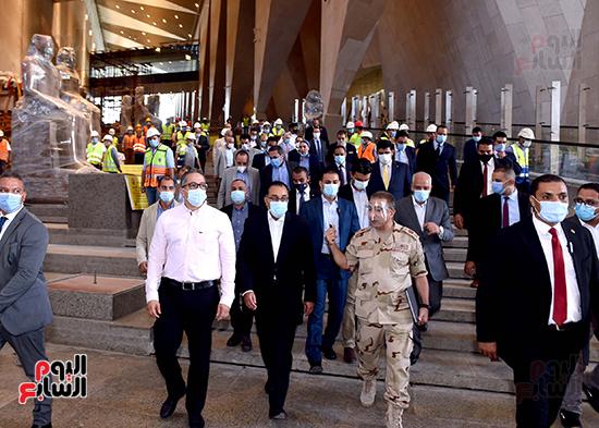 الدكتور مصطفى مدبولى رئيس الوزراء يزور المتحف المصرى الكبير (25)