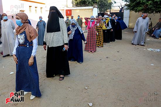 زحام الناخبين على لجان التصويت (9)