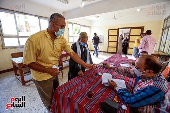 زحام الناخبين على لجان التصويت (8)