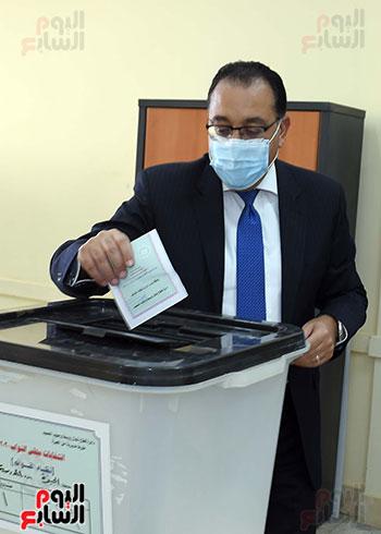 رئيس الوزراء يدلى بصوته في انتخابات مجلس النواب  (12)