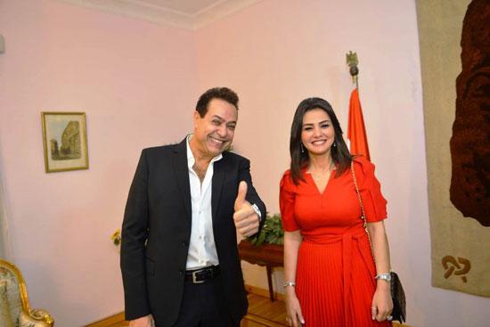تكريم-دينا-فؤاد-بكلية-إعلام-جامعة-مصر-وإهدائها-درع-الجامعة-(4)