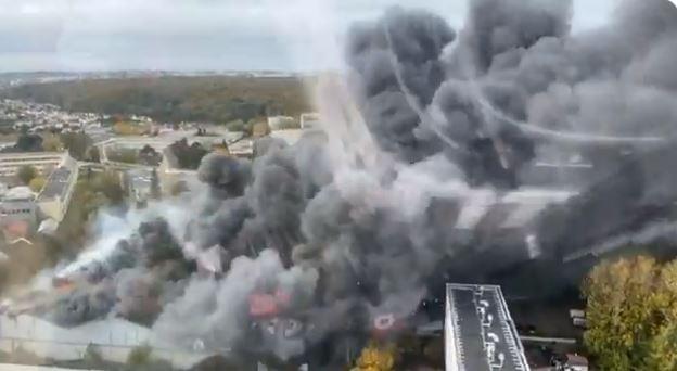 انبعاث الدخان من المستودع المحترق