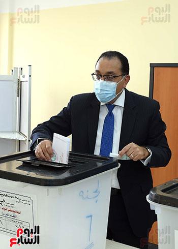 رئيس الوزراء يدلى بصوته في انتخابات مجلس النواب  (11)