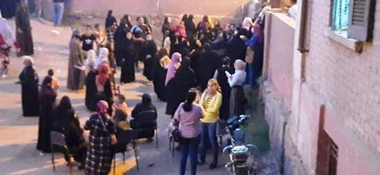 حشود نسائية تنتظر التصويت خارج اللجان الانتخابية بقنا (2)