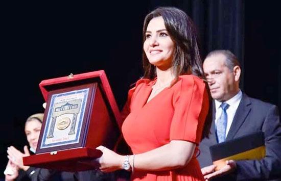تكريم-دينا-فؤاد-بكلية-إعلام-جامعة-مصر-وإهدائها-درع-الجامعة-(5)