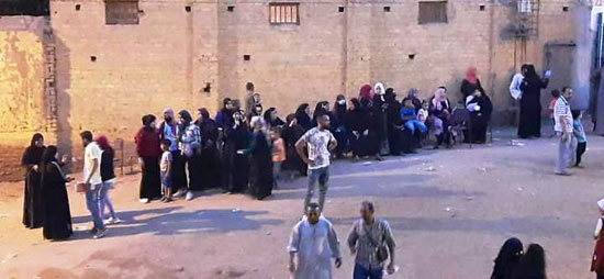 حشود نسائية تنتظر التصويت خارج اللجان الانتخابية بقنا (1)