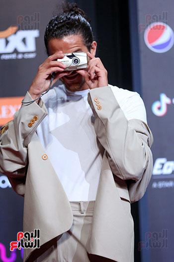 احمد مالك يصور الصحفيين بكاميرته