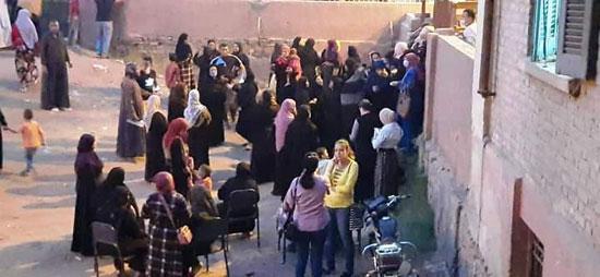 حشود نسائية تنتظر التصويت خارج اللجان الانتخابية بقنا (3)
