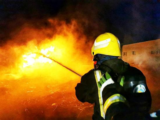 جهود رجال الحماية المدنية فى اخماد النيران