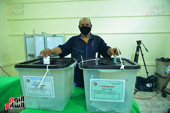 مواطن-يدلي-بصوته-في-انتخابات-مجلس-النواب