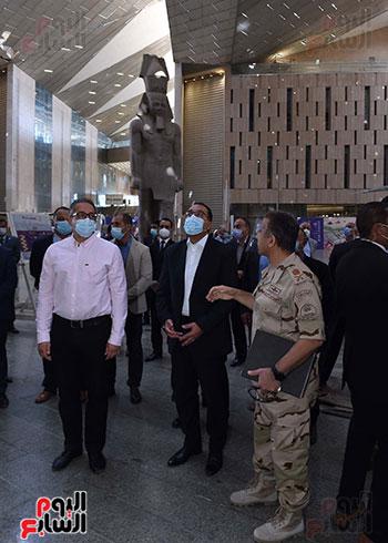 الدكتور مصطفى مدبولى رئيس الوزراء يزور المتحف المصرى الكبير (3)