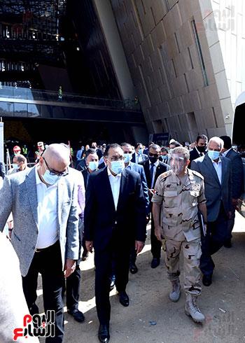 الدكتور مصطفى مدبولى رئيس الوزراء يزور المتحف المصرى الكبير (27)