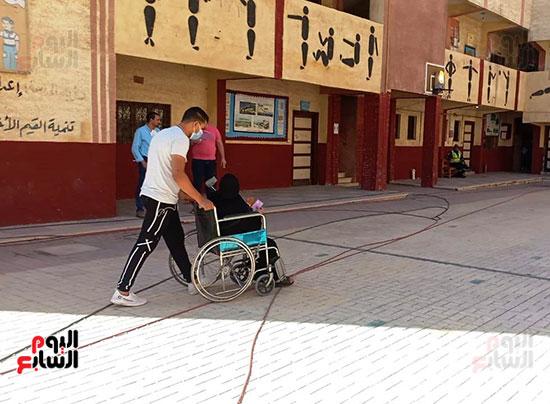 مسنة تحرص على الإدلاء بصوتها فى الإسكندرية (1)