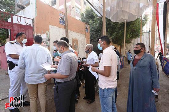 حديث الناخبين مع قيادات الأمن المسئولين عن تأمين اللجان الانخابية