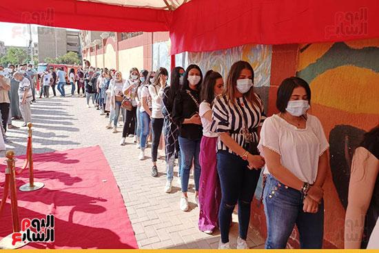 الفتيات والشباب يزينون الطوابير أمام اللجان في الساعات الأولى من التصويت بانتخابات البرلمان (3)