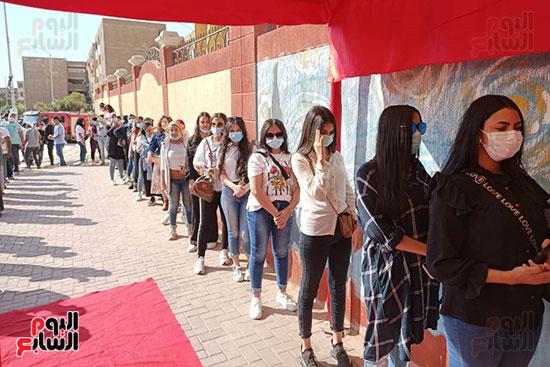 ارتداء الكمامات خلال توافد الناخبين للإداء باصواتهم في انتخابات ملجس النواب