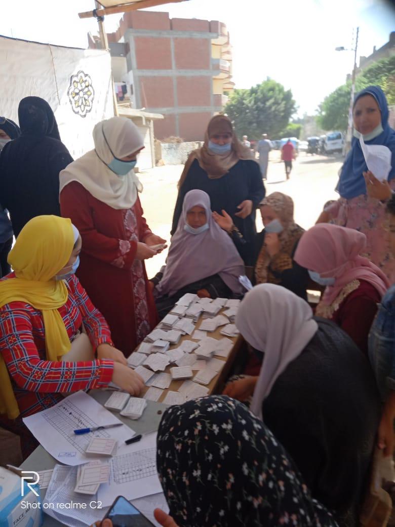 طوابير للسيدات بلجان الانتخابات بالبحيرة (9)